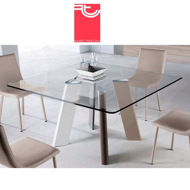 Mesa comedor cristal transparente play cuadrada ramiro for Oferta mesa comedor extensible y sillas